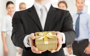 Что подарить директору
